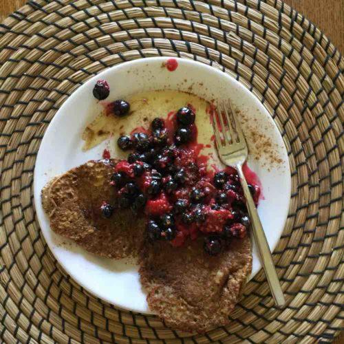 Low Carb Pancakes mit Beeren und Leinöl